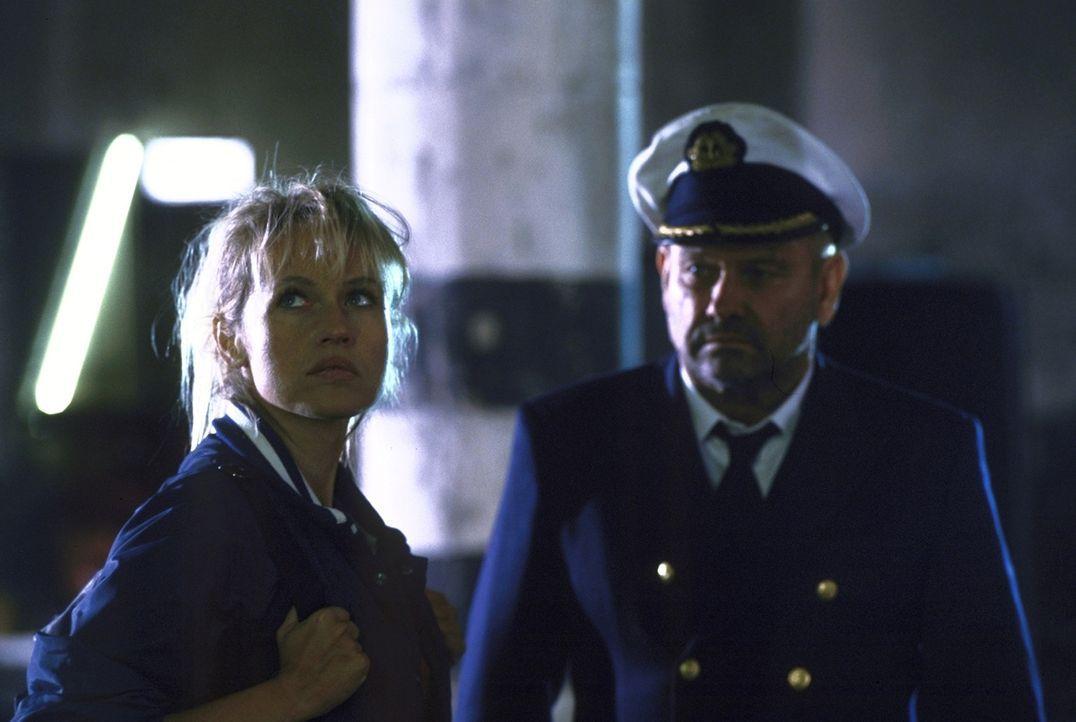 """Obwohl Suzanne (Anica Dobra, l.) lange Zeit nicht weiß, welches Ziel """"Kapitän Harris"""" (Klaus Löwitsch, r.) verfolgt, schlägt sie sich auf seine... - Bildquelle: ProSieben"""