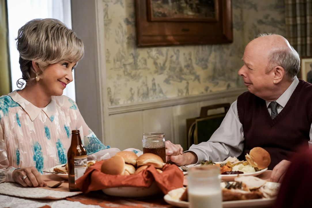 Meemaw (Annie Potts, l.); Dr. Sturgis (Wallace Shawn, r.) - Bildquelle: Cliff Lipson 2018 CBS Broadcasting, Inc. All Rights Reserved. / Cliff Lipson