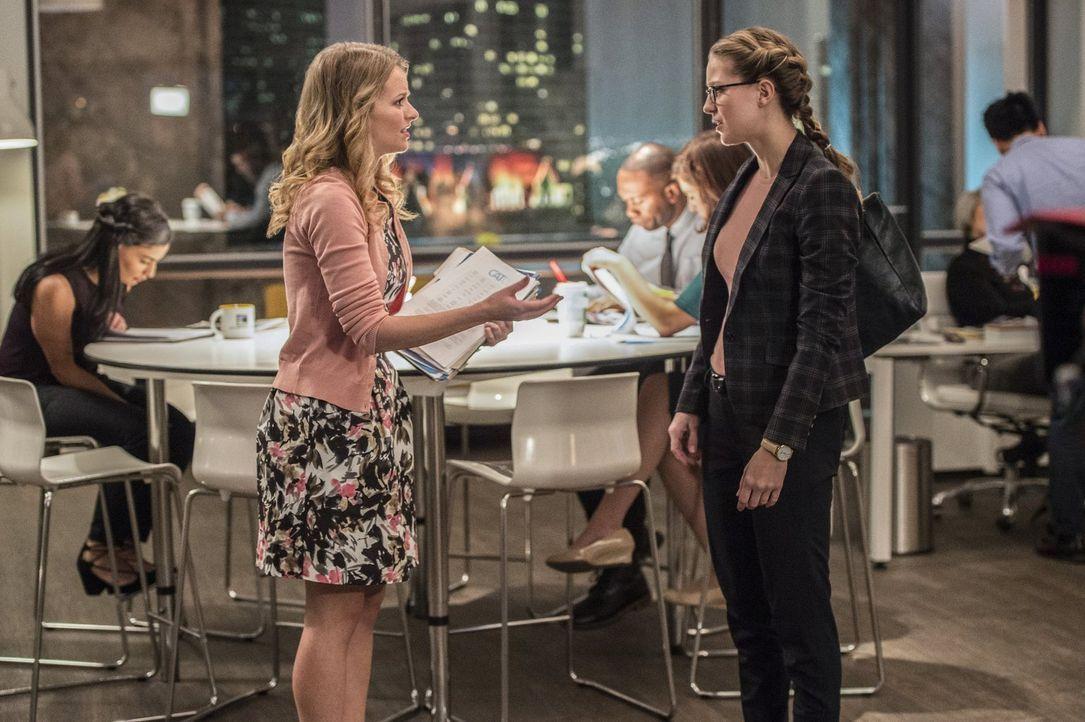 Während Kara (Melissa Benoist, r.) versucht, Lenas Unschuld zu beweisen, hat Eve (Andrea Brooks, l.) echte Männerprobleme ... - Bildquelle: 2016 Warner Brothers