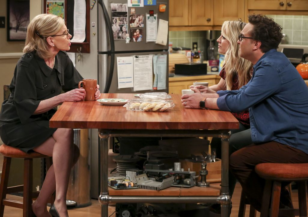 (v.l.n.r.) Dr. Beverly Hofstadter (Christine Baranski); Penny (Kaley Cuoco); Leonard Hofstadter (Johnny Galecki) - Bildquelle: Michael Yarish 2019 CBS Broadcasting, Inc. All Rights Reserved / Michael Yarish