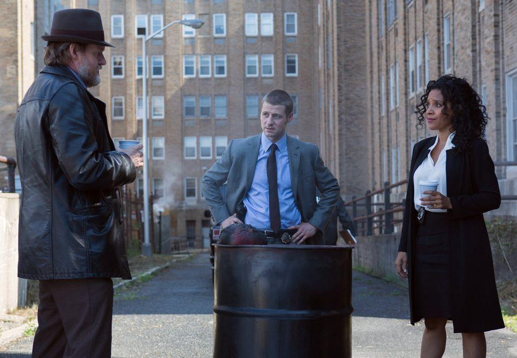 Als mehrere Politiker in Gotham auf grausame Weise ermordet wurden, versuchen Gordon (Ben McKenzie, M.), Bullock (Donal Logue, l.) und Captain Sarah... - Bildquelle: Warner Bros. Entertainment, Inc.