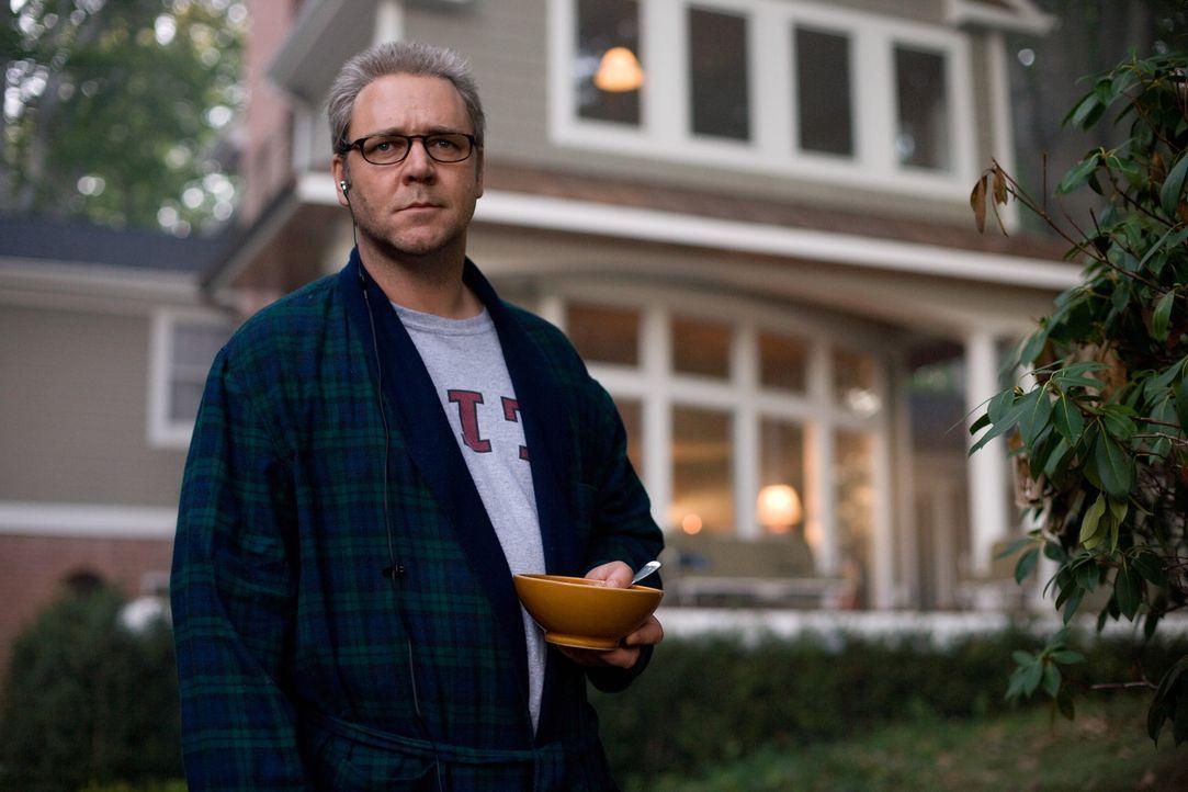 CIA-Agent Ed Hoffman (Russell Crowe) entwickelt seine Strategien per Laptop im Wohnzimmer seines Einfamilienhauses. Für ihn zählen Verbündete nur... - Bildquelle: Warner Brothers