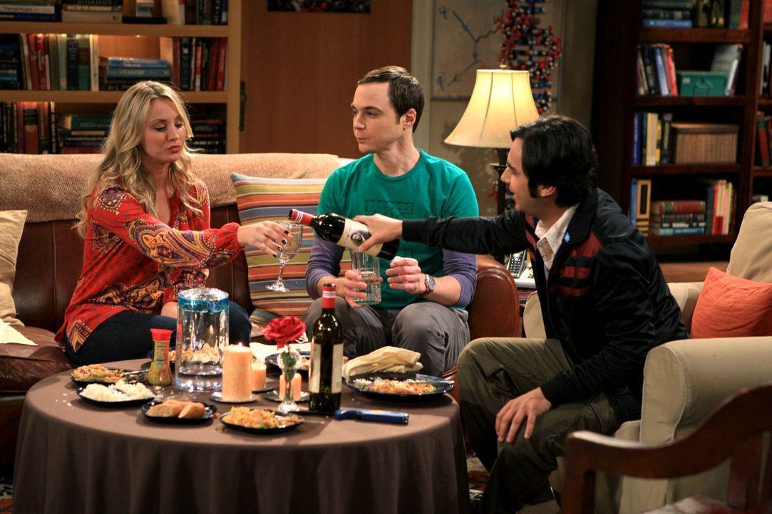Verbringen einen gemütlichen Abend miteinander: Raj (Kunal Nayyar, r.), Sheldon (Jim Parsons, M.) und Penny (Kaley Cuoco, l.) ... - Bildquelle: Warner Bros. Television