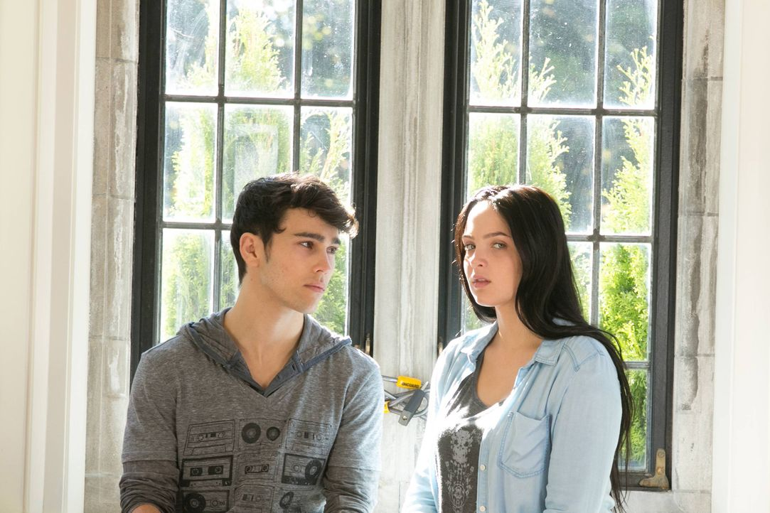 Noch ahnen sie nicht, wer hinter der Entführung steckt: Beth Anne (Stevie Lynn Jones, r.) und Ian (Max Schneider, l.) ... - Bildquelle: 2013-2014 NBC Universal Media, LLC. All rights reserved.