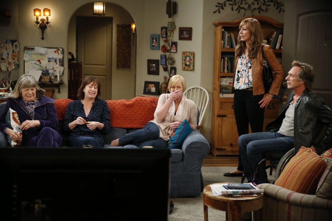 Während Bonnie (Allison Janney, 2.v.r.) mit ihren Selbstwertgefühlen gegenüber Adam (William Fichtner, r.) zu kämpfen hat, amüsieren sich Marjorie (... - Bildquelle: 2016 Warner Bros. Entertainment, Inc.
