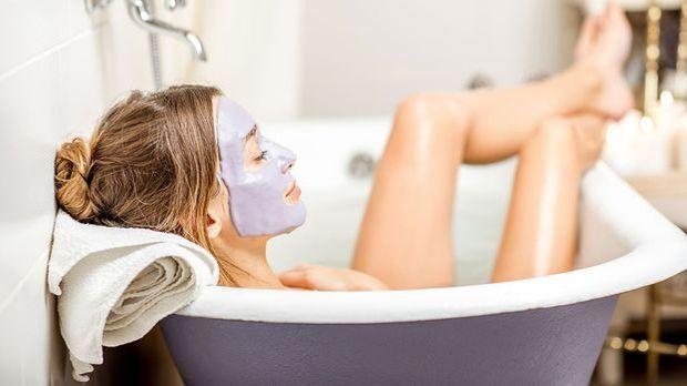 Reichlich Pflege mit Gesichtspeelings und -Masken! Ja, diese Pflege-Routine b...