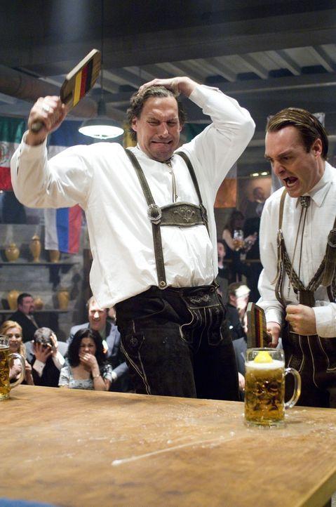 Pingpong mal ganz anders: Hammacher (Ralf Moeller, l.) und Otto (Will Forte, r.) ... - Bildquelle: Warner Brothers International Television