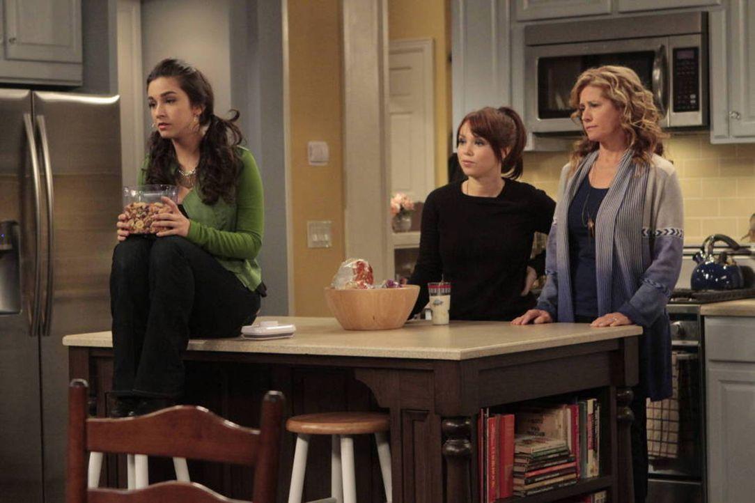 Mandy (Molly Ephraim, l.) und Kristin (Amanda Fuller, M.) machen sich Sorgen um ihre kleine Schwester, die bei eisigen Temperaturen im Garten campt.... - Bildquelle: 2011 Twentieth Century Fox Film Corporation