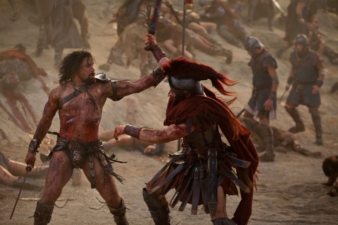 Mit vielen Kämpfern zieht Crixus (Manu Bennett, l.) bis vor die Tore Roms. Doch als da plötzlich auch Crassus' Truppen auftauchen, hat der Gallier k... - Bildquelle: 2012 Starz Entertainment, LLC. All rights reserved.