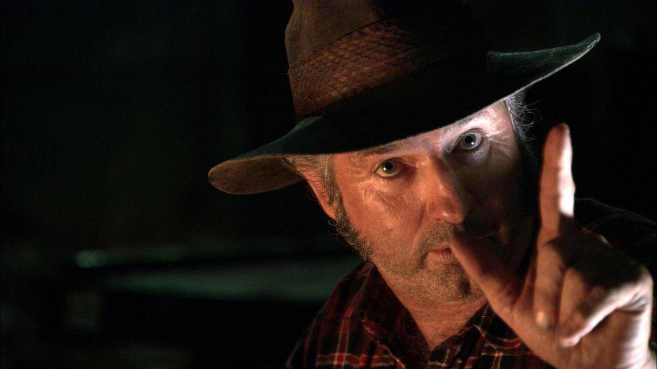 Als das Auto der drei Freunde nicht mehr anspringt, bietet der Truckfahrer Mick Taylor (John Jarratt) seine Hilfe an. Dummerweise gehen die jungen L... - Bildquelle: Kinowelt