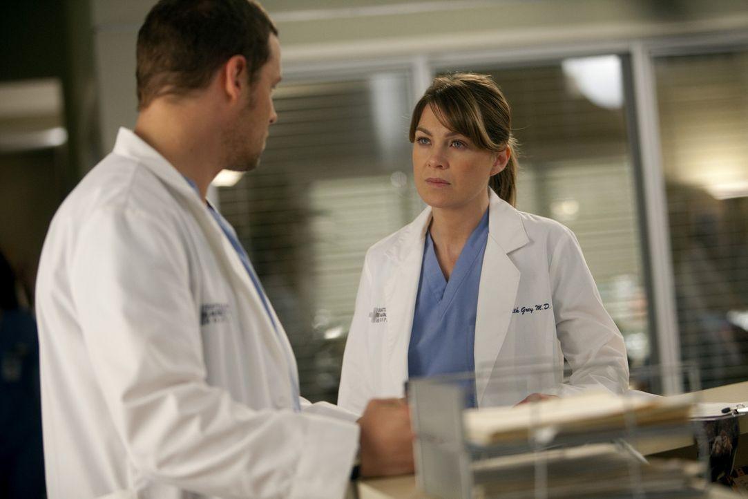 Dank Alex (Justin Chambers, l.) ist Merediths (Ellen Pompeo, r.) Geheimnis aufgeflogen - nun muss sie sich nun mit den Konsequenzen ihrer Tat ausein... - Bildquelle: ABC Studios