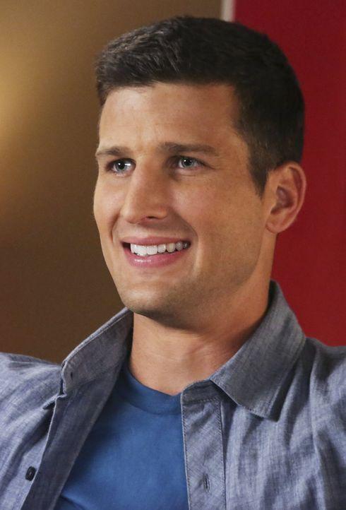 Tessa macht sich Sorgen, als George sich nach seiner Trennung von Dallas völlig gehen lässt, während Ryan (Parker Young) mit seiner neuen Freundin f... - Bildquelle: Warner Brothers