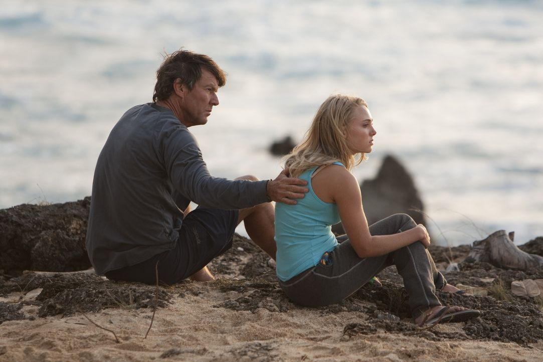 Bethany Hamilton (Anna Sophia Robb, r.) erlebt den Alptraum ihres Lebens - doch mit Hilfe ihrer Eltern Tom (Dennis Quaid, l.) und Cheri kämpft sie s... - Bildquelle: Mario Perez, Noah Hamilton Tristar Pictures, Inc., FilmDistrict Distribution, LLC. and Enticing Entertainment, LLC.  All rights reserved