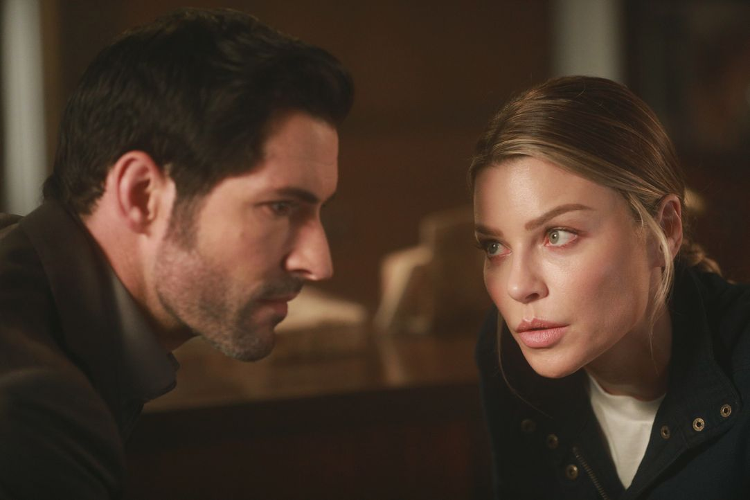 Lucifer (Tom Ellis, l.); Chloe (Lauren German, r.) - Bildquelle: Jordin Althaus 2017 Fox Broadcasting Co.