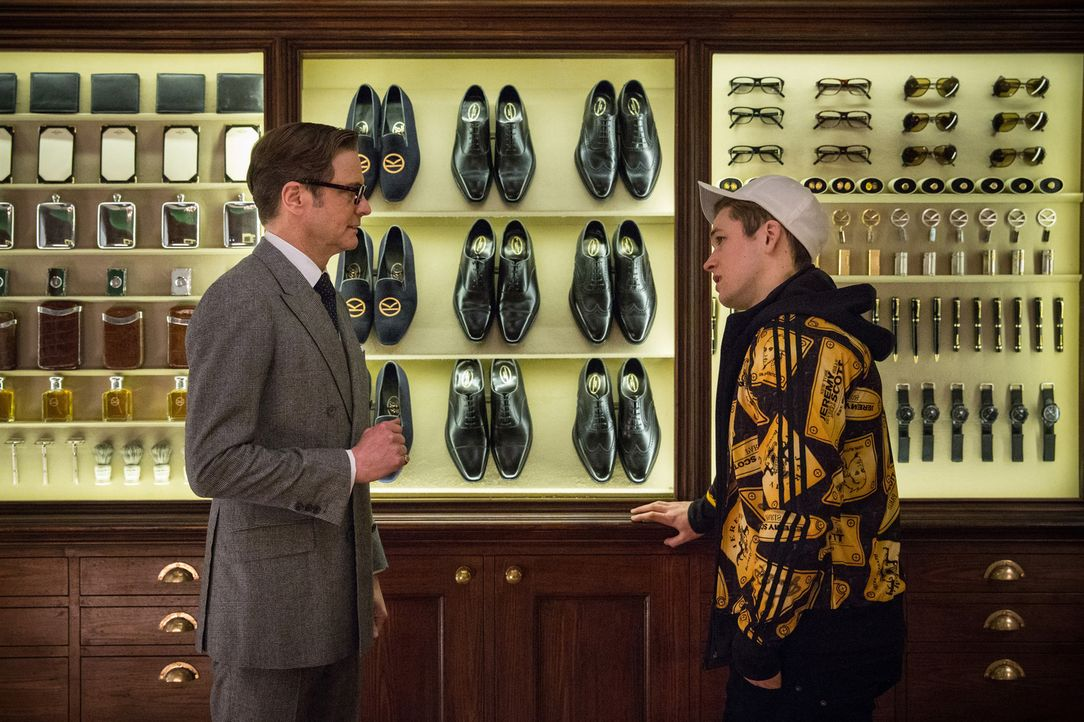 "Oxford oder Budapester: Für Geheimagent Harry Hart (Colin Firth, l.) und seinen Schützling ""Eggsy"" (Taron Egerton, r.) hat die Wahl der Schuhe etwas... - Bildquelle: 2015 Twentieth Century Fox Film Corporation. All rights reserved."
