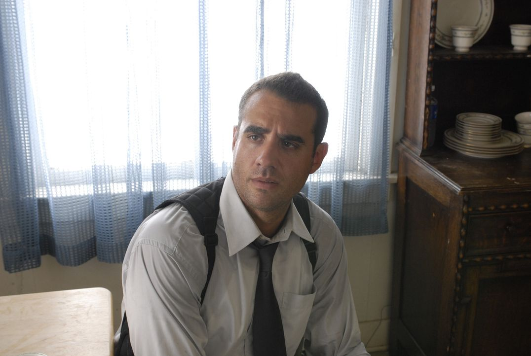 Die Polizei, insbesondere Detective Victor Martinez (Carlos Sanz), an den Fersen, nimmt Felix die Dinge selbst in die Hand. Nur eins gibt ihm Kraft... - Bildquelle: 2008 Boyle Heights, LLC. All Rights Reserved.