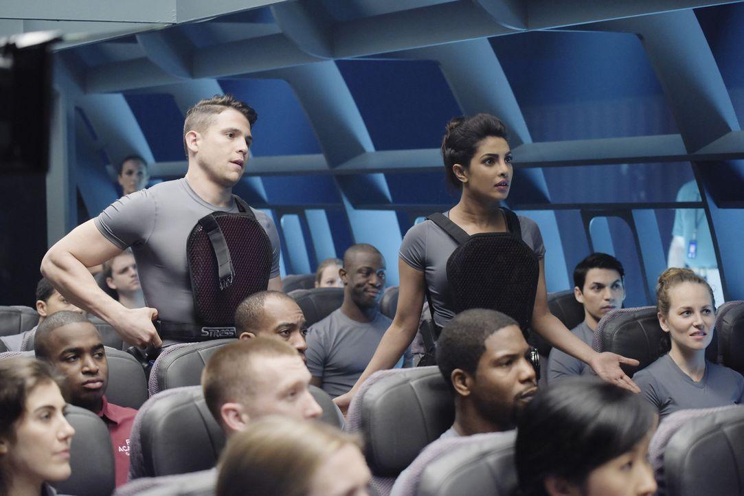 Das Verhalten während einer Flugzeugentführung wird trainiert. Doch wie wird es Drew (Lenny Platt, stehend l.) und Alex (Priyanka Chopra, stehend r.... - Bildquelle: Philippe Bosse 2015 ABC Studios