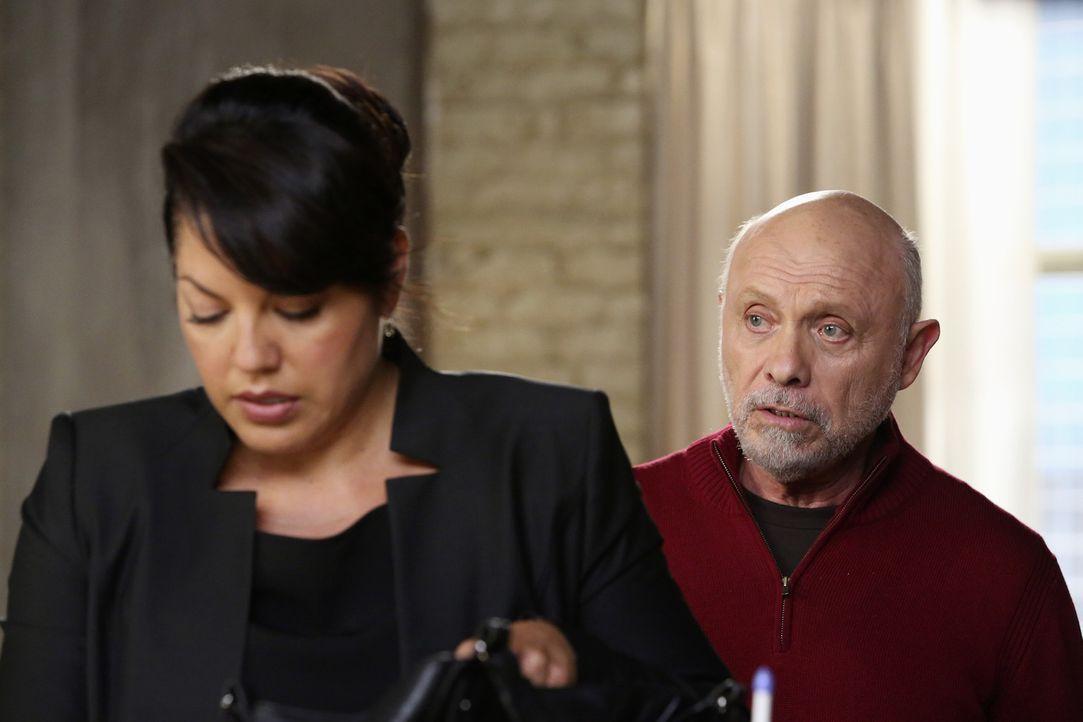Weil Callie (Sara Ramirez, l.) sich vor Gericht verantworten muss, überrascht sie ihr Vater Carlos (Hector Elizondo, r.), um sie zu unterstützen -... - Bildquelle: ABC Studios
