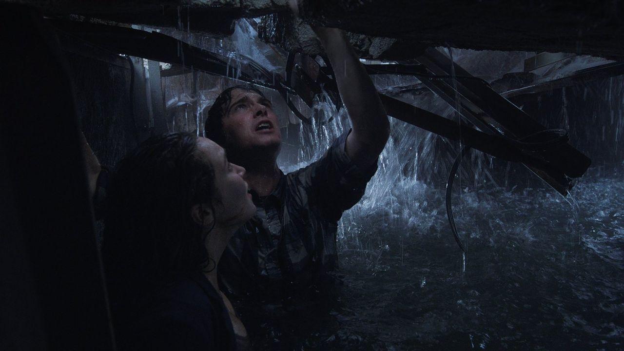 Donnie (Max Deacon, r.) und Kaitlyn (Alycia Debnam-Carey, l.) sitzen in der Falle: Wenn nicht sofort Rettung naht, werden sie qualvoll im Kampf gege... - Bildquelle: 2014   Warner Bros.