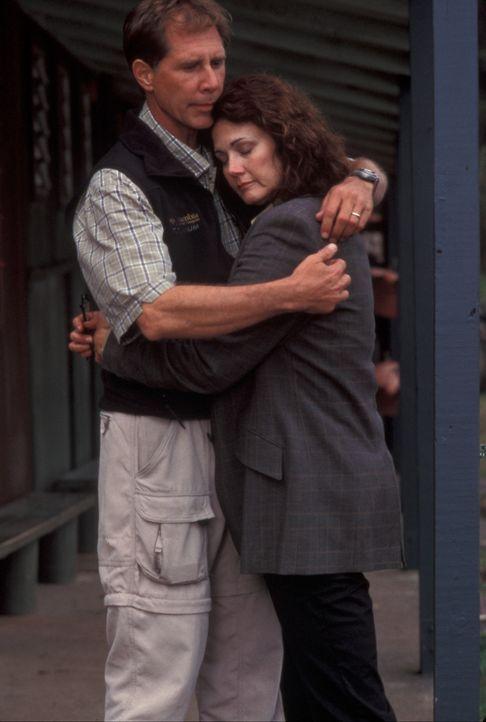 Eines Tages begeben sich die Vulkanologin Dr. Janet Fraser (Lynda Carter, r.) und ihr neuer Ehemann Kevin (Parker Stevenson, l.) in das Gebiert des... - Bildquelle: Regent Entertainment