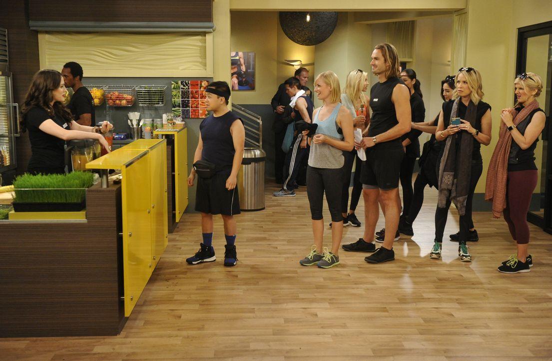 Max (Kat Dennings, l.) und Caroline (Beth Behrs, 3.v.l.) haben einen neuen Nebenjob im Fitnesscenter. Da muss Han (Matthew Moy, 2.v.l.) natürlich gl... - Bildquelle: Darren Michaels Warner Brothers