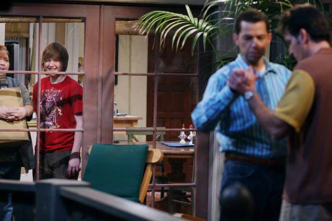 Berta (Conchata Ferrell, l.) und Jake (Angus T. Jones, 2.v.l.) amüsieren sich köstlich, als sie Charlie (Charlie Sheen, r.) und Alan (Jon Cryer, 2... - Bildquelle: Warner Brothers