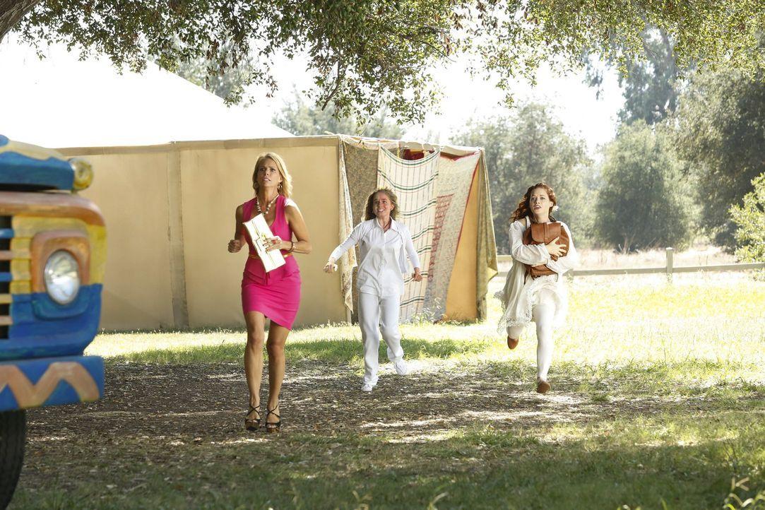 Als sich herausstellt, in welche Band sie geraten sind, versuchen Tessa (Jane Levy, r.) und Lisa (Allie Grant, M.) mit Hilfe von Dallas (Cheryl Hine... - Bildquelle: Warner Bros. Television