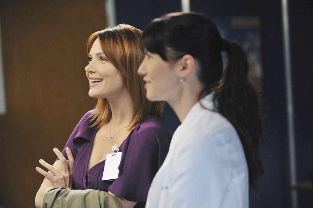 Teddy, die immer noch nichts von Henrys Tod weiß, bittet Cristina um Hilfe bei ihrer Patientin, während Lexie (Chyler Leigh, r.) mit Marks neuer F... - Bildquelle: ABC Studios