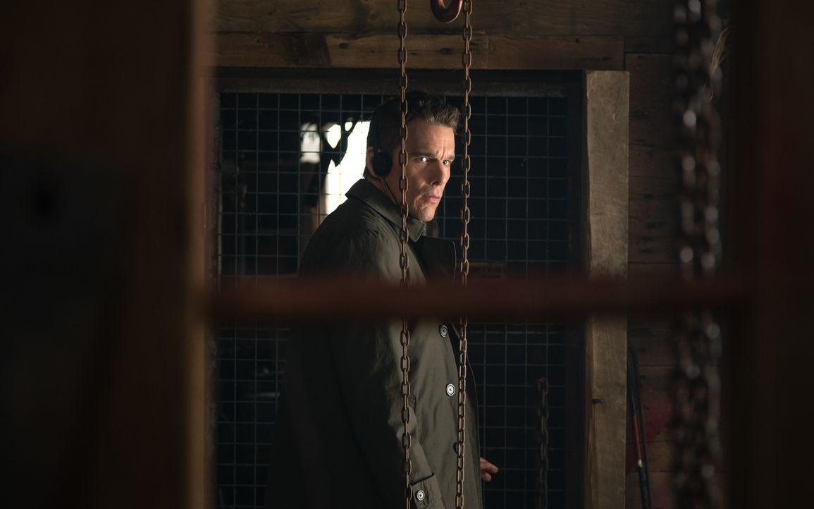 Als sein neuster Fall weitere Kreise zieht, als alle zunächst gedacht hätten, weiß auch Detective Bruce Kenner (Ethan Hawke) plötzlich nicht mehr, w... - Bildquelle: Tobis Film