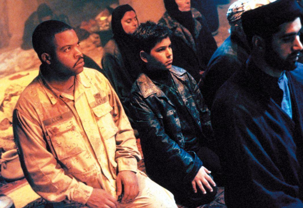 Chief Elgin (Ice Cube, l.) findet mit zwei weiteren Soldaten eine Karte zu einem 40 Millionen Dollar Goldschatz. Ihr Weg führt sie mitten durch fein... - Bildquelle: Warner Bros. Pictures