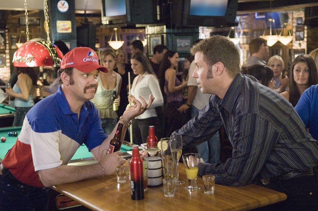 Die Freunde Cal (John C. Reilly, l.) und Ricky (Will Ferrell, r.) beginnen ihre Nascar-Karierre in der Boxencrew. Eines Tages erhält Ricky die einm... - Bildquelle: Copyright   2006 Sony Pictures Television International.