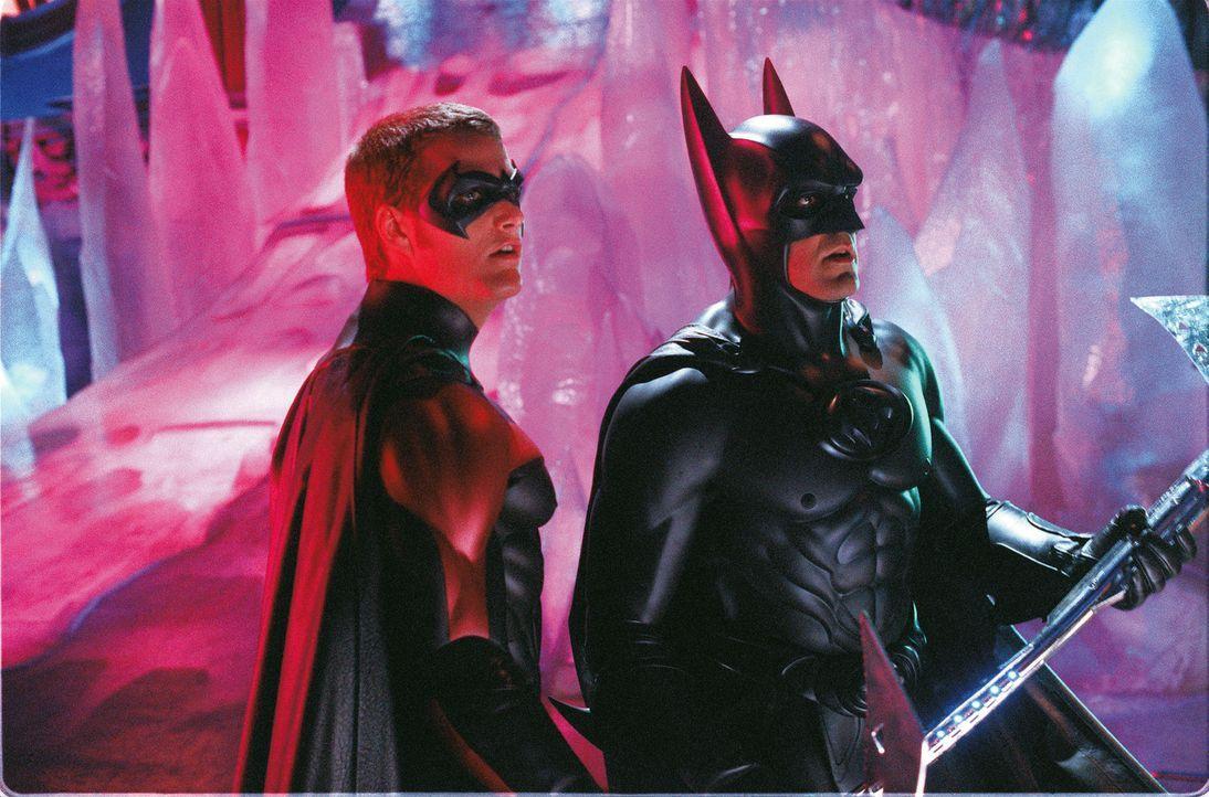 Batman (George Clooney, r.) und Robin (Chris O'Donnell, l.) kämpfen gegen Mr. Freezes teuflischen Plan, ganz Gotham einzufrieren. - Bildquelle: Warner Bros. Pictures