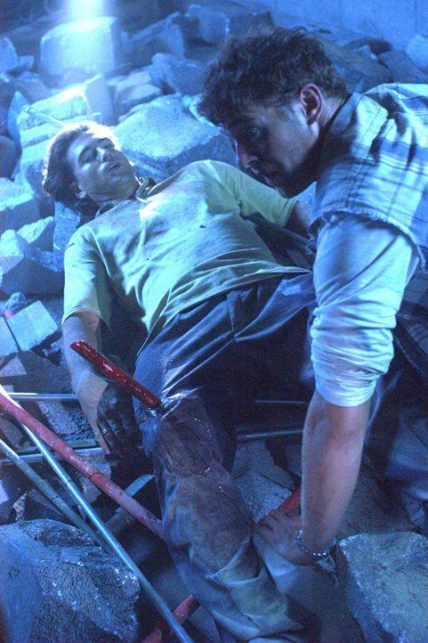 Als Frank (Justin Melvey, l.) bei einem Nachbeben schwer verletzt wird, wagt Harland (Joe Miller, r.) das schier Unmögliche ... - Bildquelle: Regent Productions