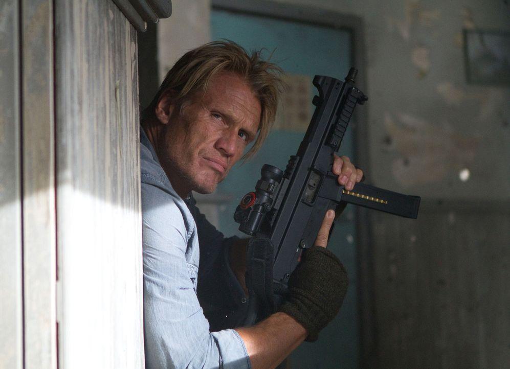 Gunner Jensen (Doph Lundgren) hat die letzte Schlacht des Himmelfahrtskommandos um Anführer Barney Ross überlebt und ist nun bereit, sich in eine we... - Bildquelle: BARNEY'S CHRISTMAS, INC.  ALL RIGHTS RESERVED