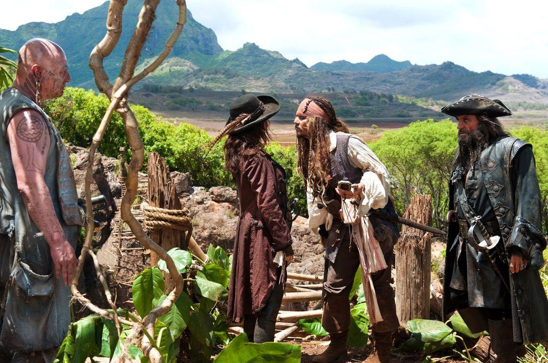 Immer wieder versucht Jack (Johnny Depp, 2.v.r.) Angelica (Penélope Cruz, 2.v.l.) klarzumachen, dass ihr Vater, Captain Blackbeard (Ian McShane, r.)... - Bildquelle: Peter Mountain WALT DISNEY PICTURES/JERRY BRUCKHEIMER FILMS.  All rights reserved