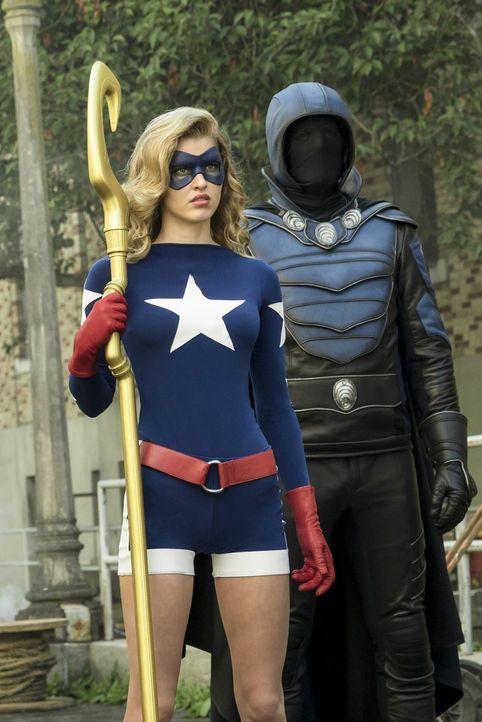 Noch ahnen Stargirl (Sarah Grey, l.) und Obsidian (Dan Payne, r.) nicht, dass sie und ihre Teampartner schon bald in großer Gefahr schweben ... - Bildquelle: Warner Brothers