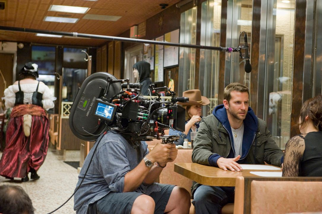 Beim Dreh: Hauptdarsteller Bradley Cooper - Bildquelle: 2012 The Weinstein Company.