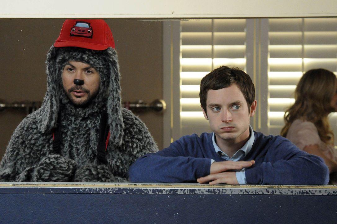 Wilfred (Jason Gann, l.) ist sauer auf Ryan (Elijah Wood, r.), der ihn für ein paar Tage in einen Kindergarten für Hunde abschieben will, um sich... - Bildquelle: 2011 FX Networks, LLC. All rights reserved.
