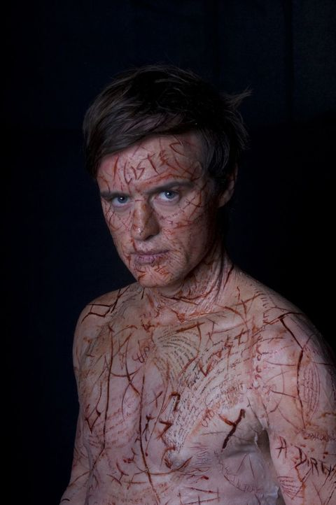Die Geister wollen sich über Simon (Jonas Armstrong) Gehör verschaffen und schreiben ihre Worte in seine Haut. So wird aus seinem Körper das Buch de... - Bildquelle: Sunfilm