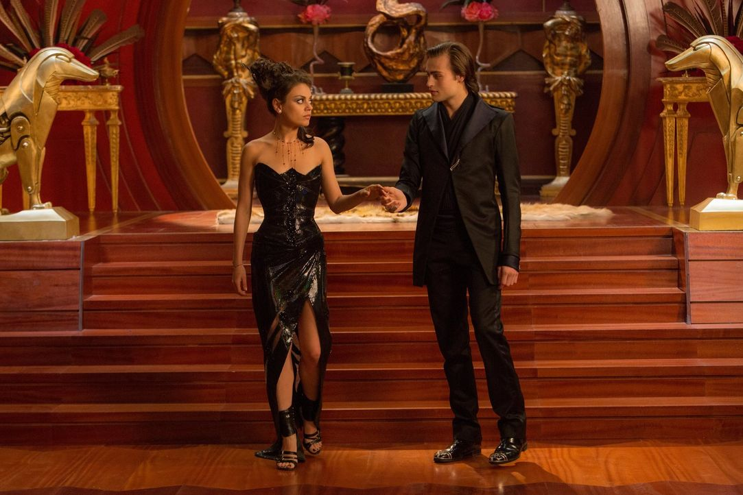 Noch ahnt Jupiter Jones (Mila Kunis, l.) nicht, dass sich Titus (Douglas Booth, r.) keineswegs zum Guten verändert hat, sondern nur ein perfekter Lü... - Bildquelle: 2014 Warner Bros. Entertainment Inc., WV Films IV LLC, and Ratpac-Dune Entertainment LLC. All rights reserved.