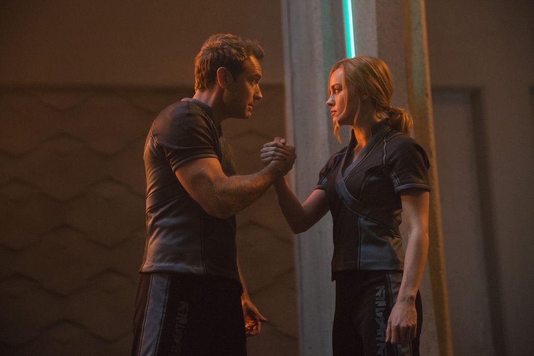 Yon-Rogg (Jude Law, l.); Carol Danvers/Captain Marvel/Vers (Brie Larson, r.) - Bildquelle: Chuck Zlotnick Marvel Studios 2019 / Chuck Zlotnick