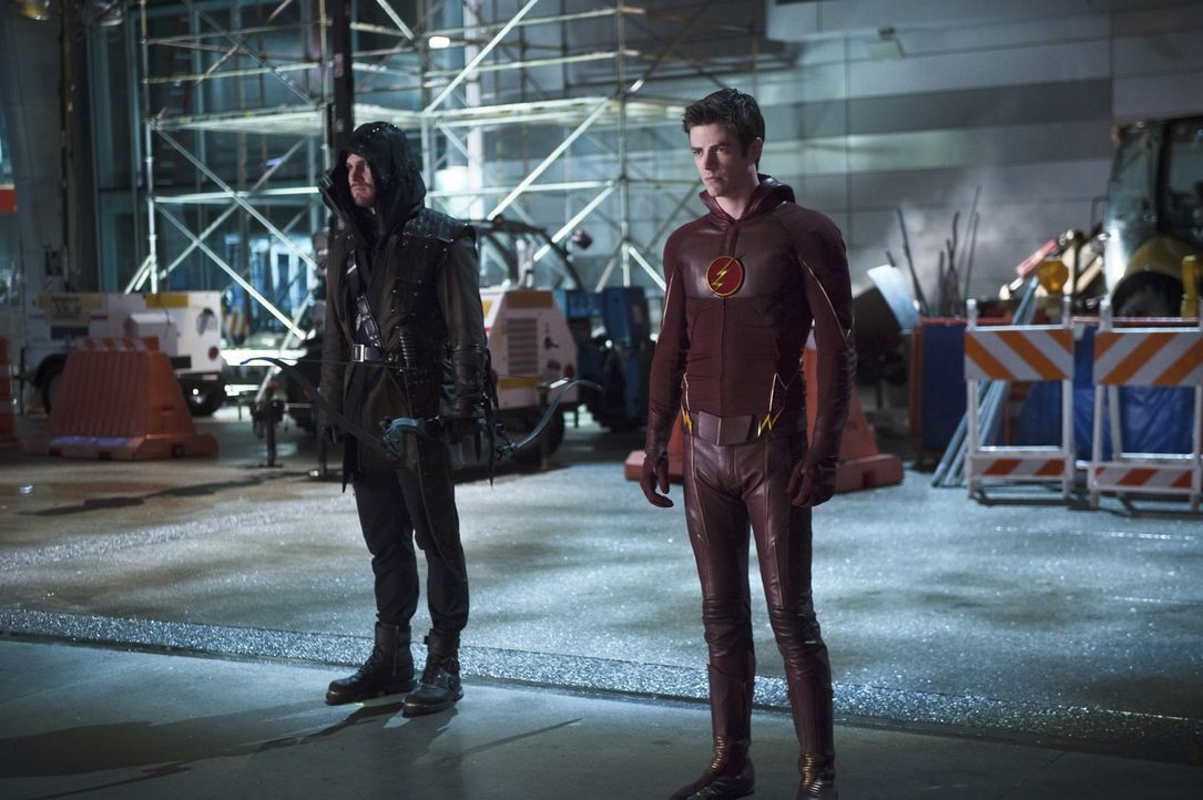 Nachdem Barry alias The Flash (Grant Gustin, r.) bei Oliver alias Arrow (Stephen Amell, l.) gesehen hat, dass dieser alles tut, um an seine Ziele zu... - Bildquelle: Warner Brothers.