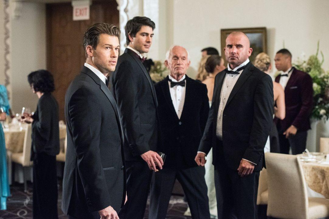 Mick (Dominic Purcell, r.) versucht Ray (Brandon Routh, 2.v.l.) zu seinem neuen Partner zu machen uns fragt sich schnell, ob das wirklich eine gute... - Bildquelle: Warner Brothers