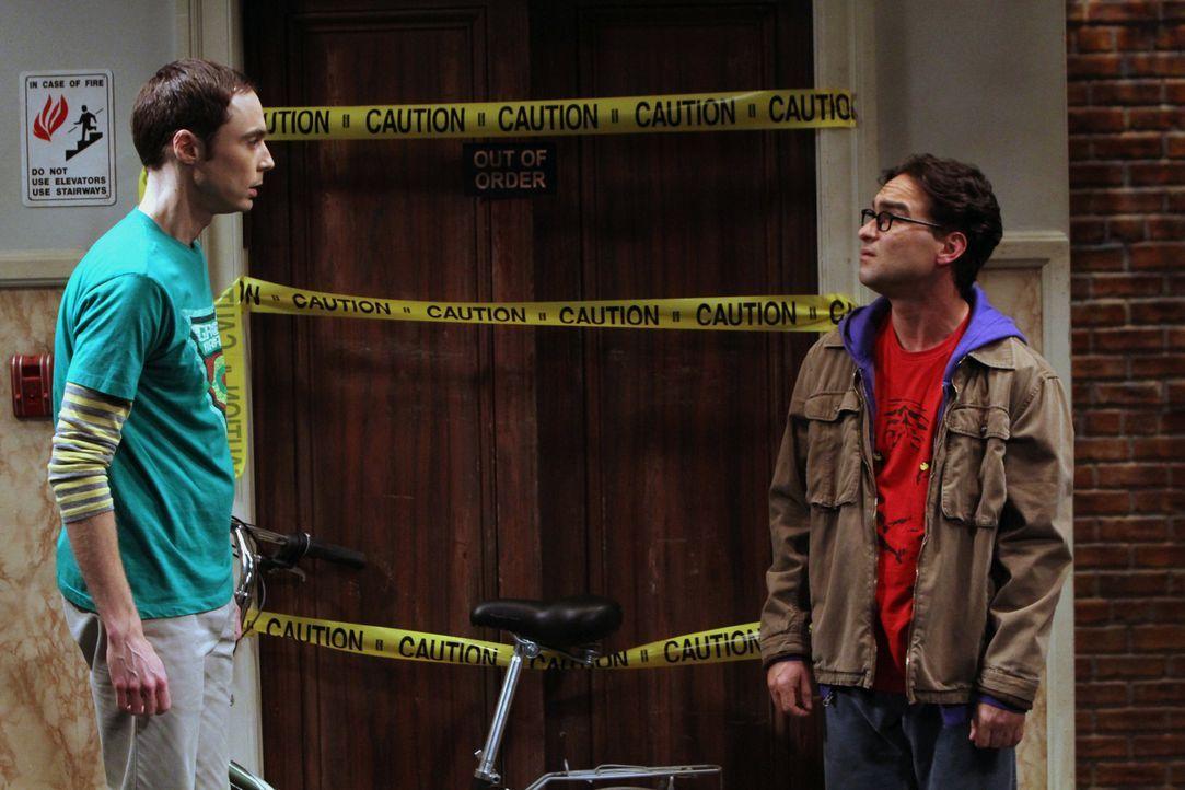 Während Leonard (Johnny Galecki, r.) feststellt, dass er der Einzige ohne Freundin ist, versucht Sheldon (Jim Parsons, l.) Amy loszuwerden, weil er... - Bildquelle: Warner Brothers