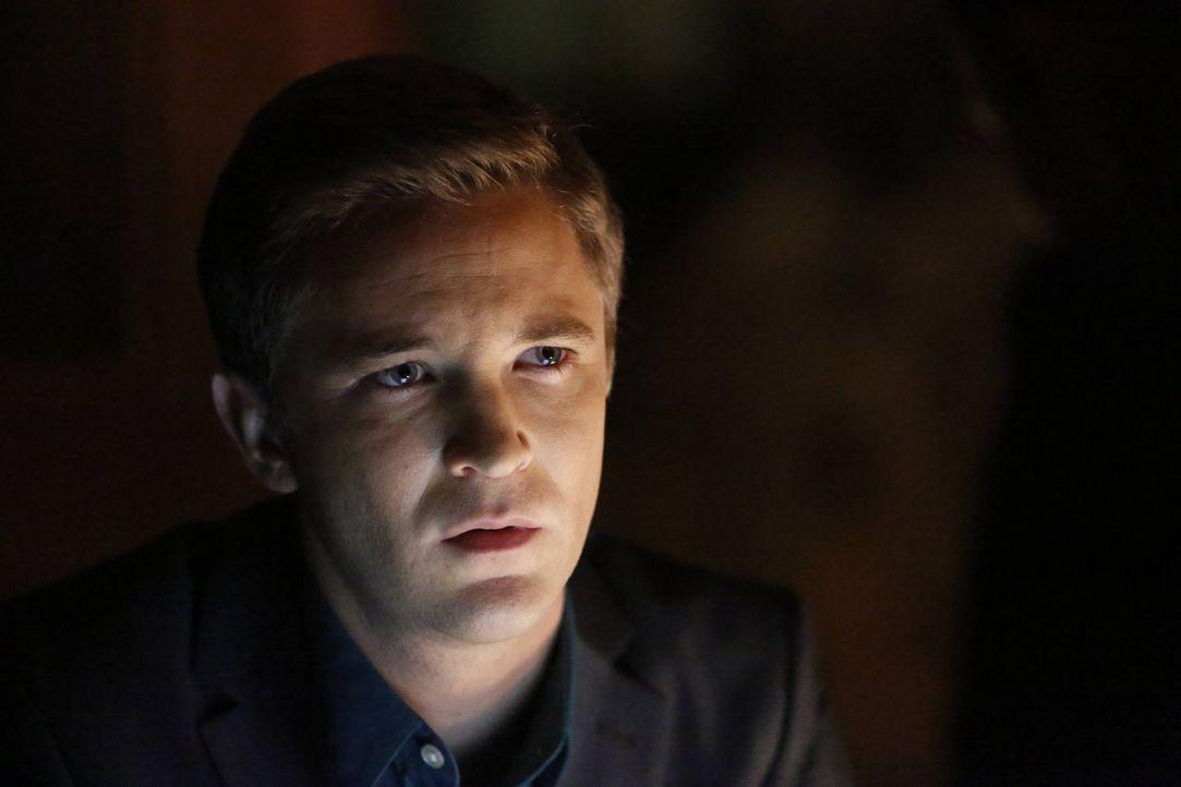 Kyle Erikson (Michael Welch) offenbart den Ermittlern ein Geheimnis, das ihren ganzen Fall in einem anderen Licht erscheinen lässt ... - Bildquelle: 2016 Warner Brothers