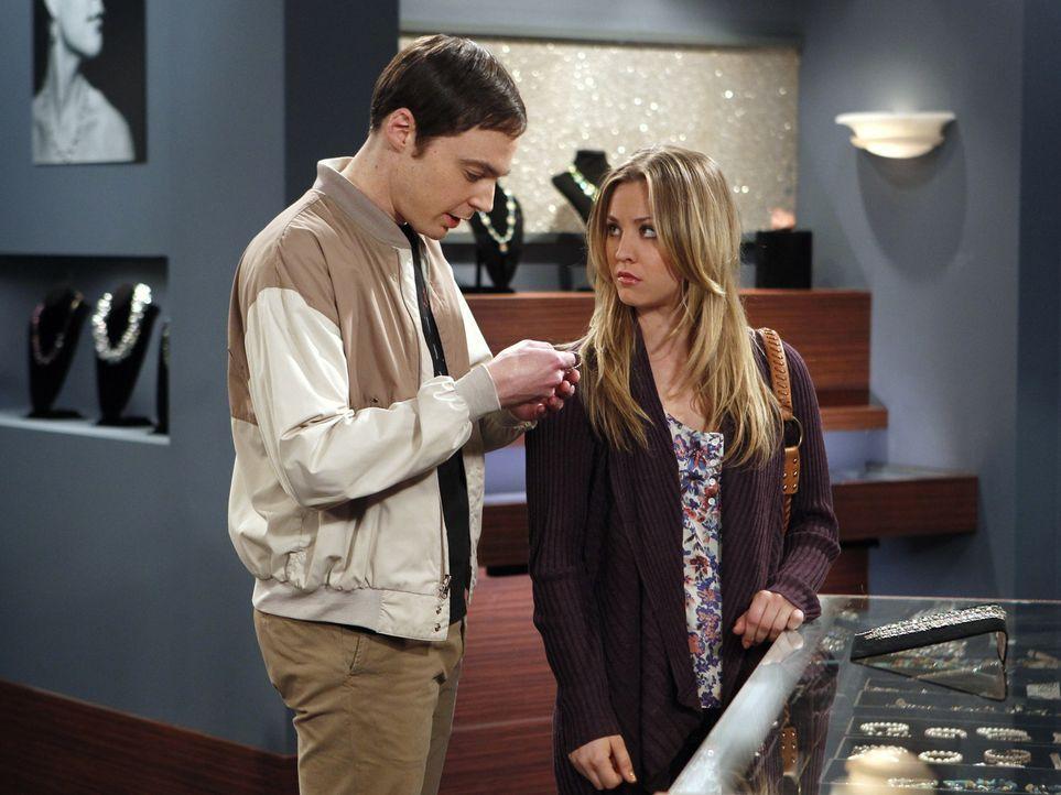 Suchen gemeinsam ein Wiedergutmachungsgeschenk für Amy: Penny (Kaley Cuoco, r.) und Sheldon (Jim Parsons, l.) ... - Bildquelle: Warner Bros. Television