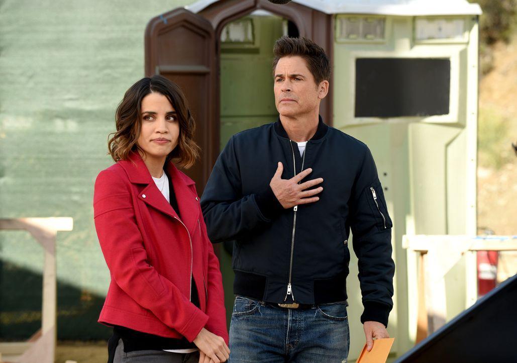 Auch Claire (Natalie Morales, l.) wird von Dean (Rob Lowe, r.) in seinen Selbstfindungs- und Grinder-Abnablungsprozess mit hineingezogen ... - Bildquelle: 2015-2016 Fox and its related entities.  All rights reserved.