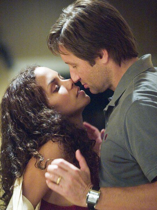 Noch sind Audrey (Halle Berry, l.) und Brian Burke (David Duchovny, r.) glücklich, doch schon bald soll ein tragischer Moment  sie für immer trenn... - Bildquelle: DREAMWORKS LLC. ALL RIGHTS RESERVED.