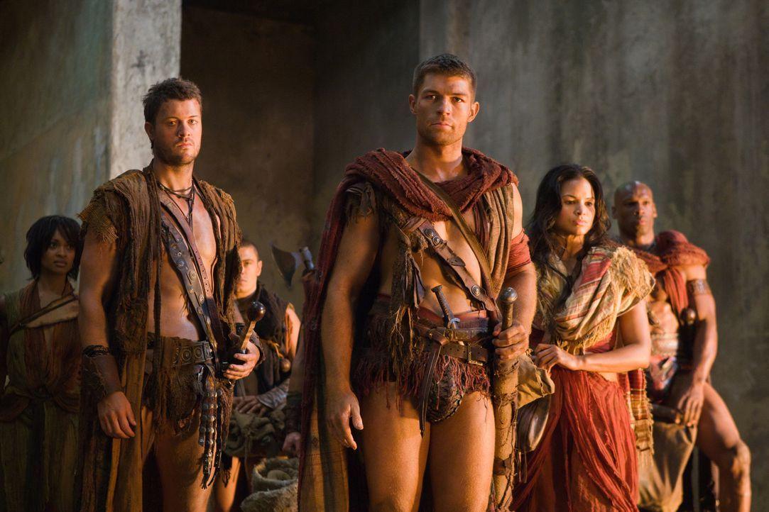Auf der Flucht vor den Römern finden Spartacus (Liam McIntyre, M.), Agron (Daniel Feuerriegel, l.), Mira (Katrina Law, r.) und ihr Gefolge einen ver... - Bildquelle: 2011 Starz Entertainment, LLC. All rights reserved.