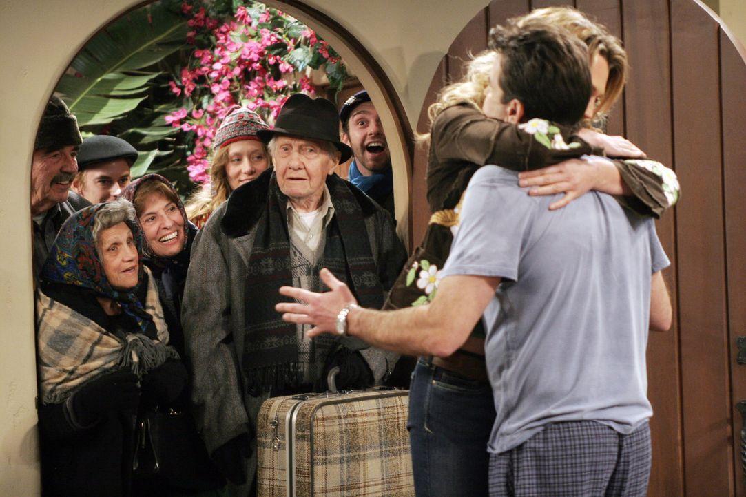 Charlie (Charlie Sheen, r.) ist fassungslos, als Inga (Magdalena Zielinska, 2.v.r.) ihm um den Hals fällt ... - Bildquelle: Warner Brothers Entertainment Inc.